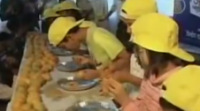 आम खाने की मजेदार प्रतियोगिता